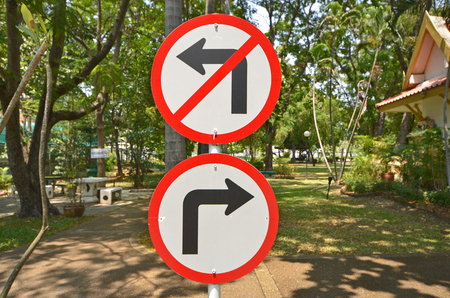 obedecer: Gire a la derecha y gire a la izquierda sin signos