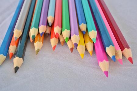 friso: lápices de colores sobre el friso blanco Foto de archivo