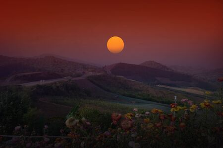 highlander: la luz de la mañana sobre la montaña hermosa Foto de archivo