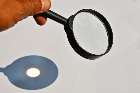 Tache lumineuse sur le papier blanc du verre brûlant Banque d'images - 79945469