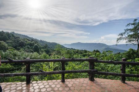 Betonbalkon im Wald auf den Bergen