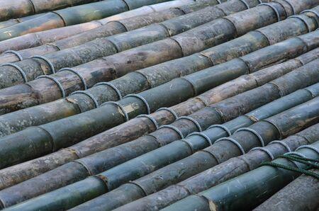 Collegamento del pavimento del tronco con corde di zattera di bambù
