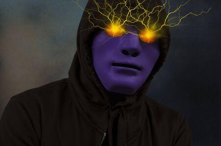 Maschera viola uomo con energia elettrica negli occhi