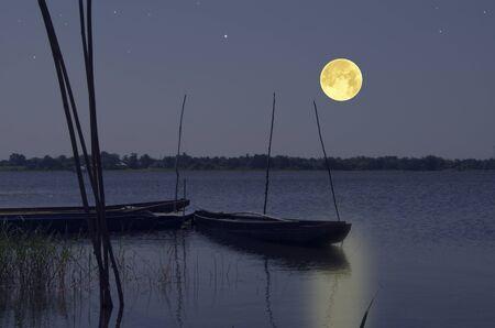 Romantic full moon over the lake in the evening Standard-Bild