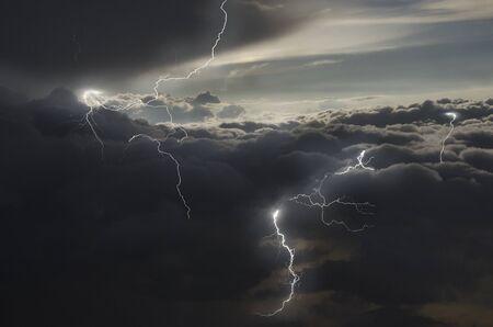 Fuerte relámpago en nubes lluviosas