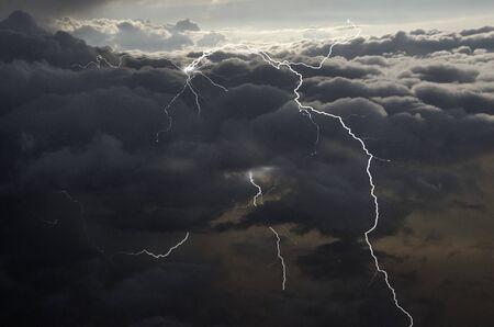 Belle foudre dans les hauts nuages pluvieux