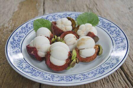 Beautiful ceramic dish of yummy opened mangosteens Imagens - 134478232