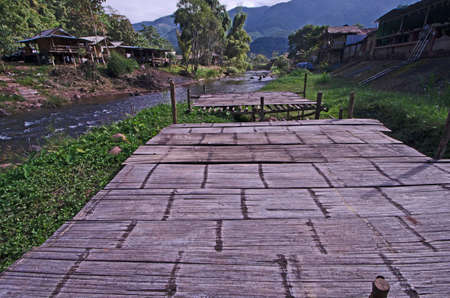 Wide bamboo floor for relaxing beside small creek Imagens