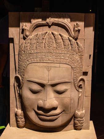 trinchante: Camboya Angkor Wat Khmer Asia atracci�n tur�stica de la ruta Ver Centro de Artesan�a Artesan�a Centros de artesan�as de madera tallado �ngel cabeza Carver Foto de archivo
