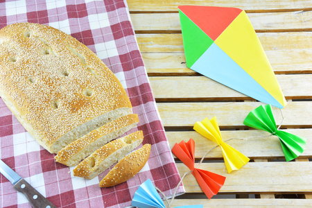 Bread of Clean Monday known as lagana and a multicolor kite Imagens