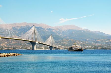 Rio -Antirio, cable-stayed bridge and ferry boat 版權商用圖片