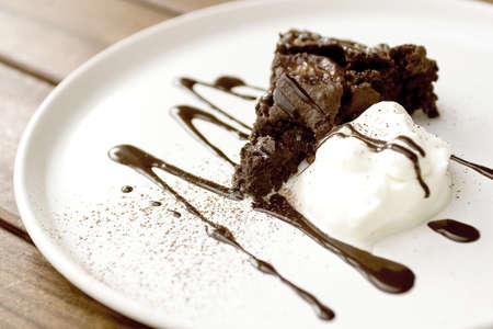 Brownie with ice cream and chocolate sauce  Zdjęcie Seryjne