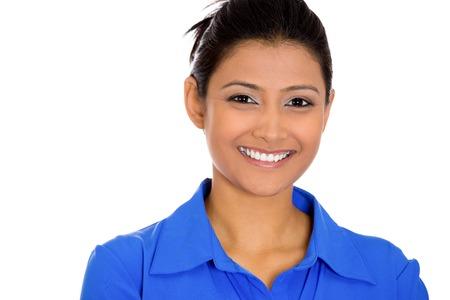 クローズ アップのヘッド ショットの青いシャツを着て自信を持って笑顔幸せ非常に若い女性の肖像画