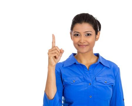 Retrato de detalle de feliz, sonriente, amable mujer joven, mostrando el dedo índice