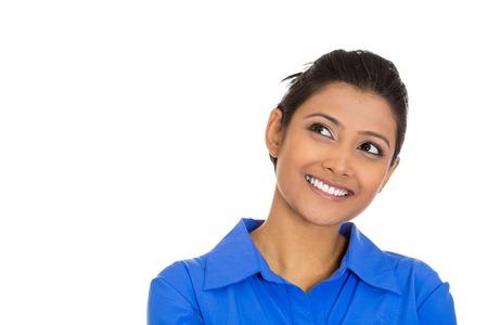 Portrait de gros plan de la charmante optimiste joyeuse en souriant jeune femme regardant vers le haut la rêverie quelque chose de gentil Banque d'images - 25373302