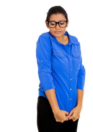 avergonzado: Primer retrato de una joven mujer de aspecto nerd con gafas grandes, muy tímida sospechoso tímido y ansioso que mira lejos abajo aislado en el fondo blanco. La salud mental, la emoción sentimiento expresión facial