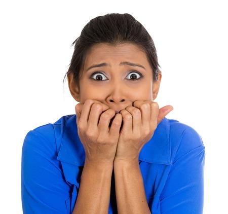 Primer retrato de mujer joven y infeliz morderse las uñas y le mira con un antojo de algo o preocupado ansioso aislados sobre fondo blanco. Emoción negativa sentimientos de expresión facial Foto de archivo