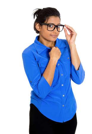 avergonzado: Primer retrato de una joven mujer de aspecto nerd con gafas grandes, muy tímida sospechoso tímido y ansioso mirarte, aislado sobre fondo blanco. La salud mental, la emoción sentimiento expresión facial