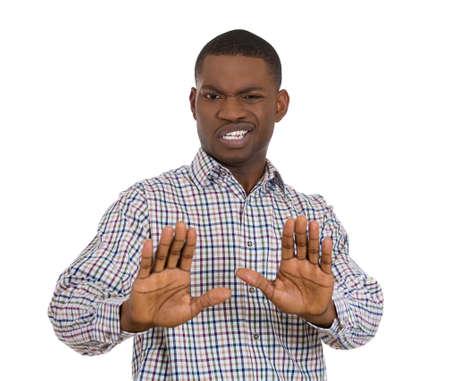 irrespeto: Primer retrato de hombre joven enojado sorprendido guapo levantando las manos para decir no parada all�, aislados en fondo blanco. Sentimientos de expresi�n facial emoci�n humana Negativo, signos y s�mbolos Foto de archivo