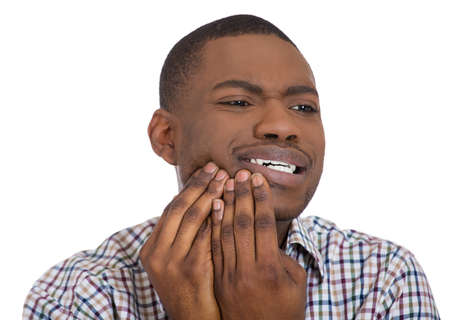 caries dental: Primer retrato de hombre joven en camisa con dolor de muelas problema corona a punto de llorar de dolor tocar fuera de la boca con la mano, fondo blanco aislado. La emoci�n negativa sensaci�n de la expresi�n facial