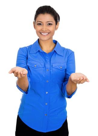 generoso: Primer retrato de una joven y bella mujer sonriente, feliz emocionado con los brazos levantados palmas te ofrece algo, aislados sobre fondo blanco. La expresión facial emoción positiva señales símbolos