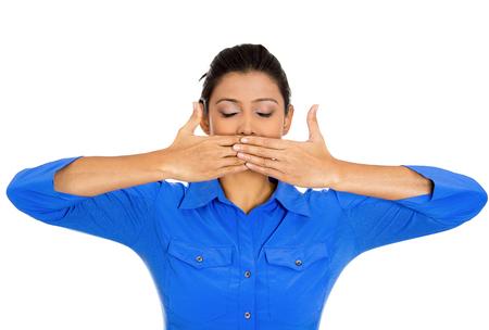 boca cerrada: Primer retrato de mujer joven cubierta cerr� la boca y los ojos. Hable ning�n concepto del mal, aislados en fondo blanco. Negativos emoci�n humana expresiones faciales signos y s�mbolos. Medios de prensa encubrimiento Foto de archivo