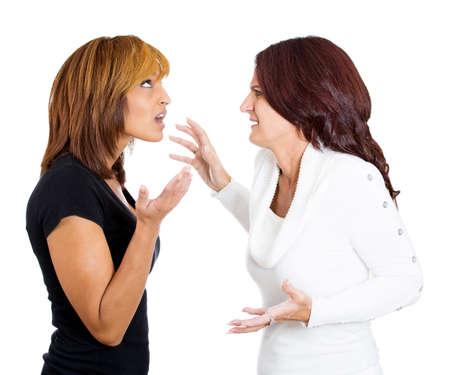 calomnie: Gros plan portrait de deux femmes en colère folle avec de mauvaises attitudes entrer dans un argument sur le point de se battre, isolé sur fond blanc. Conflits interpersonnels. Les émotions négatives visage sentiment d'expression
