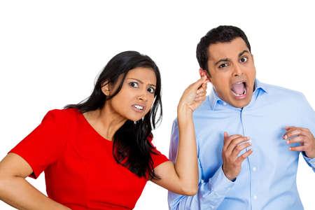 venganza: Primer retrato de joven enojado mujer tirando de la oreja lóbulo de sorprendido sorprendido en el dolor herir hombre divertido, aislado en el fondo blanco. Emoción negativa sensaciones faciales de expresión, reacción, situación.