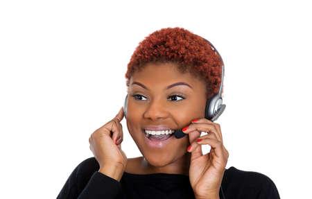black girl: Großansicht Porträt der jungen glücklich erfolgreiche Frau Kundendienstmitarbeiter oder Call-Center-Mitarbeiter oder Bediener oder Support-Mitarbeiter im Gespräch mit Head-Set, isoliert auf weißem Hintergrund.
