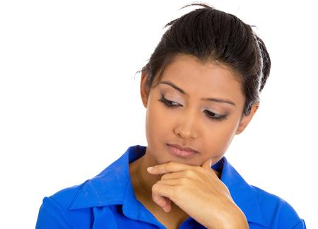 mujer pensativa: Primer retrato de mujer joven y serio, el dedo en la barbilla, so�ar despierto perdido en pensamiento profundo, aislado en fondo blanco. Emoci�n negativa sentimientos de expresi�n facial, la reacci�n, el lenguaje corporal, la situaci�n
