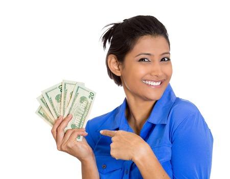 Gros plan portrait de super heureuse excité succès jeune femme d'affaires tenant factures d'argent d'un dollar dans la main, isolé sur fond blanc. Les émotions positives du visage sentiment d'expression. Récompense financière