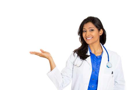 personal medico: Primer retrato de amable, sonriente mujer m�dico conf�a, profesional aisladas sobre fondo blanco la asistencia sanitaria. Visita del paciente. La reforma de salud. Positivo expresi�n de la cara humana, actitud emoci�n Foto de archivo