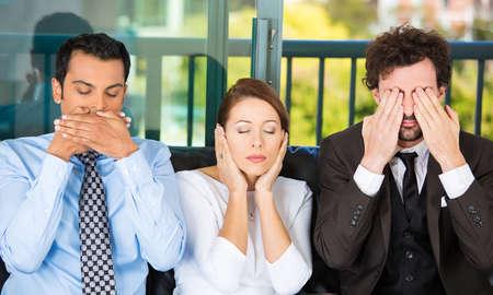 honestidad: Primer retrato de tres hombres de negocios en el sofá negro imitando vea ningún mal, no oír ningún mal, no hablar mal concepto, aislado en fondo urbano de la ciudad. Las emociones humanas, expresiones y comunicación