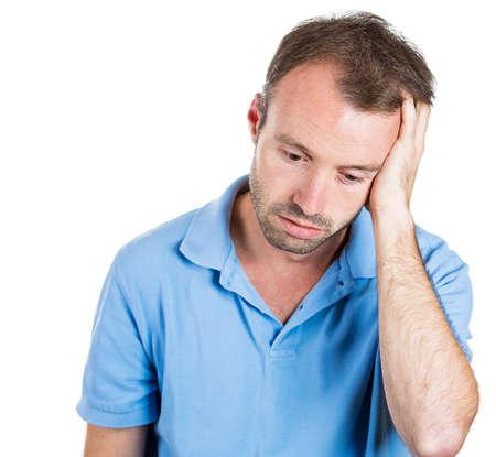collarin: Primer retrato de hombre infeliz, triste pensativo del hombre de negocios joven pensando, soñando despierto profundamente molesto por los errores, la mano en la cabeza mirando hacia abajo, aislado sobre fondo blanco. Las emociones negativas