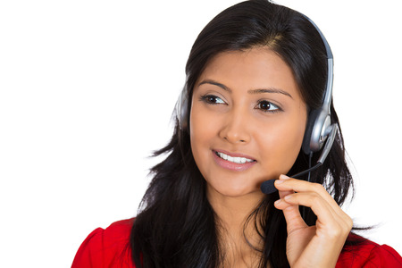 Close-up portret van mooie glimlachende schattige vrouwelijke klant vertegenwoordiger zaken vrouw met telefoon headset chatten op lijn met de klant op wit wordt geïsoleerd. Menselijke emoties, uitdrukkingen