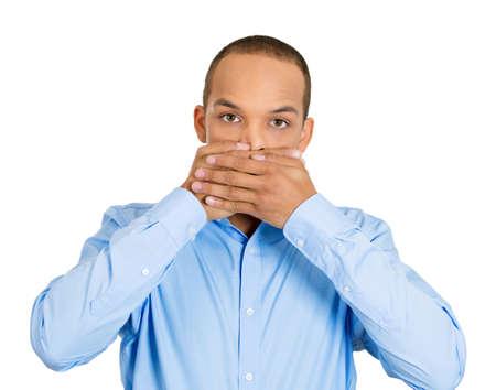 boca cerrada: Primer retrato de silencio joven cubierta cerrada la boca observando. Hable ningún concepto del mal, el blanco aislado. Las emociones negativas humanos, los signos, los símbolos de las expresiones faciales. Medios de prensa encubrimiento
