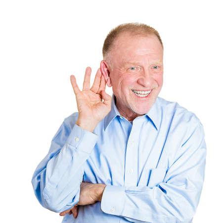violaci�n: Primer retrato de la alta madurez, entrometida, la mano del hombre sorprendido al o�do tratando de escuchar en secreto en el chisme jugoso, conversaci�n, noticias, y feliz lo que oye, violaci�n de la privacidad, blanco aislado Foto de archivo