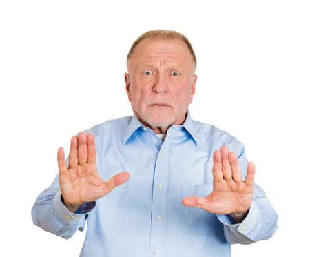 cease: Ritratto del primo piano di impotente anziano uomo maturo, sollevare la mano fino a dire no stop proprio l�, isolato su sfondo bianco. Sentimenti emozione negativa espressione facciale, segni simboli, linguaggio del corpo Archivio Fotografico