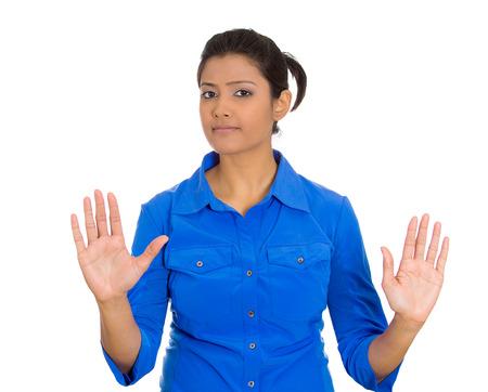 irrespeto: Primer retrato de loco furioso enojado molesto disgustado mujer joven levantando las manos para decir que no, detente ah�, aislado en blanco