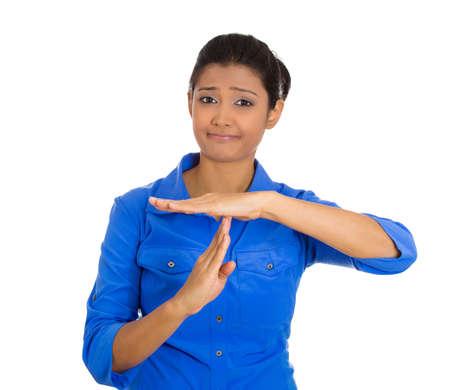 entracte: Gros plan portrait de jeune femme s�rieuse montrant un temps geste avec les mains isol�s sur fond blanc