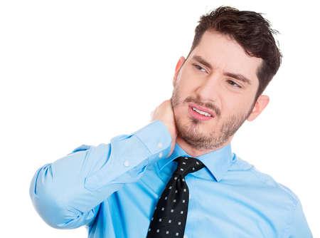 sedentario: Primer retrato de muy estresado hombre de negocios con el ceño fruncido, chico de mirada divertida con mal dolor de cuello músculo tenso esguince, aislado en fondo blanco. Emociones humanas negativas, las expresiones faciales