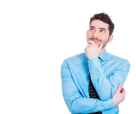 expresiones faciales: Primer retrato de la encantadora hombre feliz, sonriente alegre, joven mirando hacia arriba so�ando algo agradable, pensando aisladas sobre fondo blanco. Emociones positivos en humanos, expresiones faciales sentimientos Foto de archivo