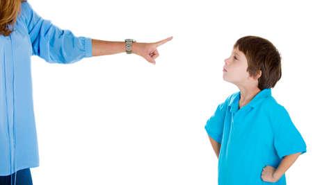 falta de respeto: Primer retrato de apuntamiento de los padres en los ni�os en camisa azul rega�o ir a la sala de conexi�n a tierra por mal comportamiento mientras chico busca desobedientes manos en las caderas. Aislado en blanco emoci�n background.Negative