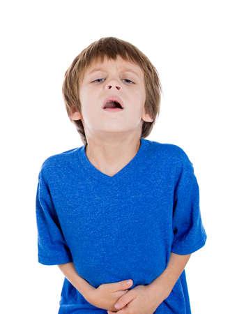 diarrea: Primer retrato de niño se dobló de dolor terrible que agarra el estómago con las manos, aislados en fondo blanco. Síndrome del intestino irritable, problemas de salud