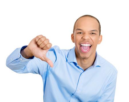 desprecio: Retrato del primer joven sarcástica mostrando una señal pulgares hacia abajo gesto de la mano, feliz de que alguien hizo error, pierde, no el fondo blanco aislado. La emoción negativa, sentimientos de expresión facial