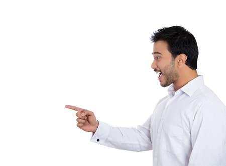 sorprendido: Primer retrato vista lateral del perfil, hombre joven que apunta, sorprendida por algo o alguien, fondo blanco aislado. Emoci�n positiva humana sentimientos de expresi�n facial, la actitud, la reacci�n Foto de archivo