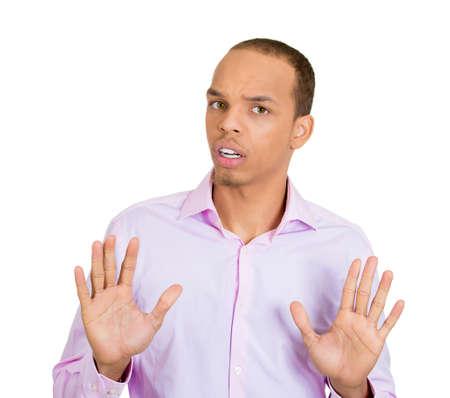 irrespeto: Primer retrato, joven irritado, levantando la mano para decir que no tienen parada allí, fondo blanco aislado. Emoción humana Negativo sentimientos de expresión facial, señales símbolos, el lenguaje corporal