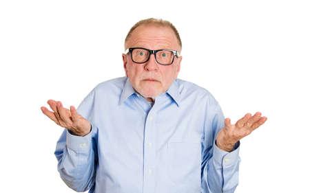 lenguaje corporal: Retrato de detalle, el hombre maduro mayor despistado mudo, los brazos hacia fuera preguntando por qu� lo que es el problema de a qui�n le importa qu�, no lo s�. Fondo blanco aislado. Negativos emoci�n humana sentimientos de expresi�n facial Foto de archivo
