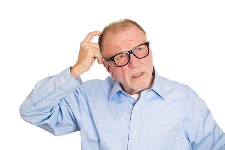 gezichts uitdrukkingen: Close-up portret, senior volwassen man denken, dagdromen, probeert hard om iets op zoek verward, geïsoleerde witte achtergrond herinneren. Negatieve emotie gezichtsuitdrukkingen. Korte-termijn geheugen verlies Stockfoto