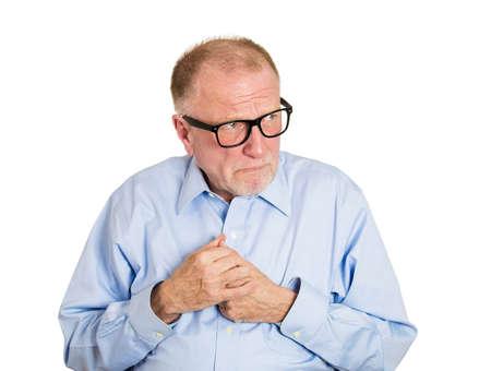 avergonzado: Primer retrato, hombre nerd, divertido, senior maduro con gafas, muy tímido, tímido, estudiante ansioso, socialmente torpe empleado evitando el contacto visual aislado, fondo blanco. Las expresiones faciales